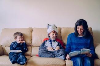 estilo-vida-familiar-interiores-joven-madre-leyendo-libro-interesante-sus-hijos-vestidos-trajes-carnaval-cuentacuentos-mama-ninos-escuela-pasan-tiempo-casa-casa_213512-747