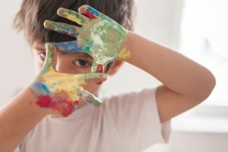 pequeno-nino-pintando-como-artista_23-2148178280
